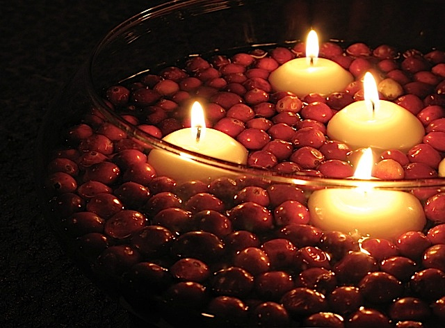candles-floating-in-a-bowl-of-cranberries